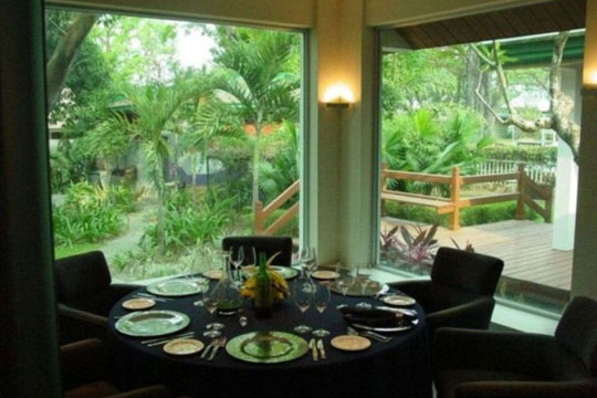 YC-Corner-Table-Garden-View