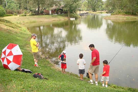 Family-fishing-at-lakeside-lodge